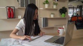 O arquiteto que olha e corrige o projeto no modelo no escritório criativo vídeos de arquivo