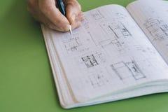 O arquiteto trabalha esboços do desenho foto de stock royalty free