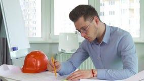 O arquiteto trabalha no escritório