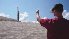 O arquiteto usa vidros de VR na construção no deserto filme