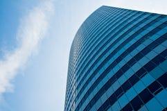 O arranha-céus alto levanta-se no céu Fotografia de Stock Royalty Free