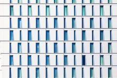 O arranha-céus com as janelas estruturadas nas fileiras com difere Imagens de Stock Royalty Free
