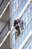 O arranha-céus de trabalho ajusta a parte externa de Windows na construção nova fotografia de stock