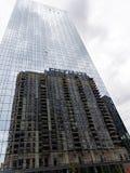 O arranha-céus do estilo antigo refletiu na fachada de vidro moderna, Chicago imagens de stock
