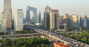 O arranha-céus eleva-se nas nuvens, Guomao CBD, Pequim, China vídeos de arquivo