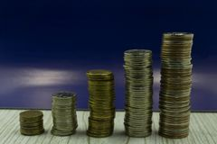 O arranjo das moedas como uma escada isolada foto de stock