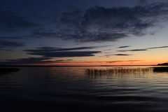 O arrebol da tarde cor-de-rosa da tira do por do sol no horizonte vem noite Fotos de Stock Royalty Free