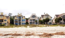 O arrendamento na praia imagens de stock