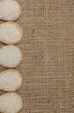 O arroz branco na bacia de bambu no saco do saco para o texto do fundo Foto de Stock