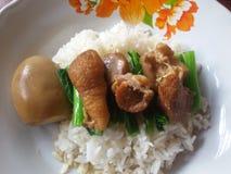 O arroz cobriu com ovo e carne de porco na sopa marrom Imagens de Stock Royalty Free