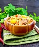 O arroz com galinha e o abobrinha na argila rolam a bordo Fotografia de Stock Royalty Free