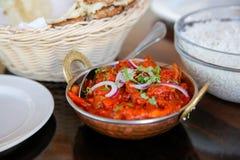 O arroz cozinhado saboroso com molho de tomate serviu no café, Timaru, Nova Zelândia imagens de stock