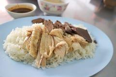 O arroz da galinha ou o arroz cobriram com galinha ou alimento de Hainanese Imagem de Stock