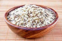 O arroz em uma bacia de madeira Fotografia de Stock