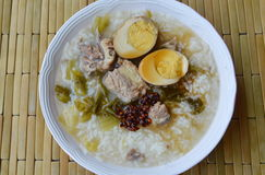 O arroz fervido no molho conservado do ovo da cobertura da sopa do osso da couve chinesa e da carne de porco fritou a pasta do pi Fotos de Stock Royalty Free