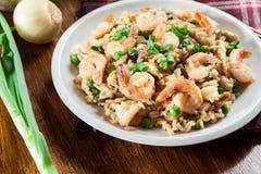 O arroz fritado com camarão e vegetais serviu em uma placa Imagens de Stock Royalty Free