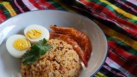 O arroz fritado da pasta tailandesa do pimentão, o ovo cozido e o camarão doce na placa branca e o espaço para escrevem o fraseio imagem de stock