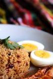 O arroz fritado da pasta tailandesa do pimentão, o ovo cozido e o camarão doce na placa branca e o espaço para escrevem o fraseio imagem de stock royalty free