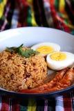 O arroz fritado da pasta tailandesa do pimentão, o ovo cozido e o camarão doce na placa branca e o espaço para escrevem o fraseio imagens de stock royalty free