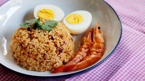 O arroz fritado da pasta tailandesa do pimentão, o ovo cozido e o camarão doce na placa branca e o espaço para escrevem o fraseio fotografia de stock royalty free