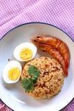 O arroz fritado da pasta tailandesa do pimentão, o ovo cozido e o camarão doce na placa branca e o espaço para escrevem o fraseio foto de stock