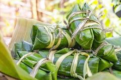 O arroz glutinoso cozinhou na folha da banana fotos de stock