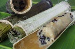 O arroz glutinoso roasted nas junções de bambu, alimento tailandês. imagem de stock royalty free