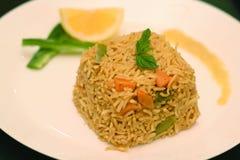 O arroz integral coocked com o limão na placa branca Fotos de Stock Royalty Free