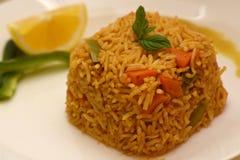 O arroz integral coocked com o limão na placa branca imagens de stock