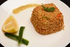 O arroz integral coocked com o limão na placa branca imagem de stock