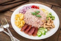 O arroz misturou com a pasta do camarão, estilo tailandês do alimento fotos de stock royalty free