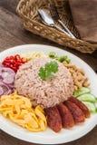 O arroz misturou com a pasta do camarão, estilo tailandês do alimento foto de stock