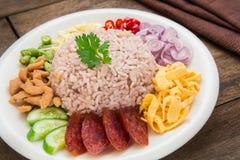 O arroz misturou com a pasta do camarão, estilo tailandês do alimento imagem de stock