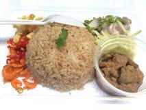 O arroz misturou com a pasta do camarão na caixa plástica foto de stock royalty free