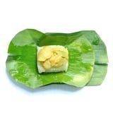 O arroz pegajoso cobriu o creme do ovo na folha da banana Fotos de Stock