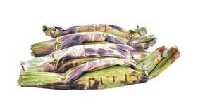 O arroz pegajoso com leite de coco e o Taro na banana folheiam em b branco imagem de stock