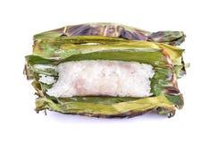 O arroz pegajoso com leite de coco e o Taro na banana folheiam em b branco fotografia de stock