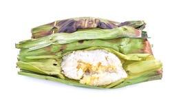O arroz pegajoso com leite de coco e o Taro na banana folheiam em b branco imagens de stock royalty free