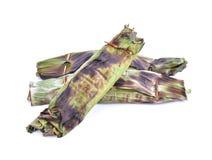 O arroz pegajoso com leite de coco e o Taro na banana folheiam em b branco imagens de stock
