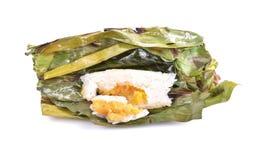 O arroz pegajoso com leite de coco e o Taro na banana folheiam em b branco fotos de stock