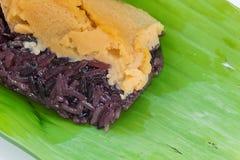 O arroz pegajoso preto com o creme, envolvido na banana sae Foto de Stock Royalty Free