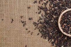 O arroz preto no saco do saco para o texto do fundo Imagem de Stock Royalty Free