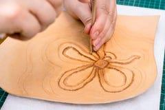 O artesão carimba o desenho do relevo da flor foto de stock royalty free