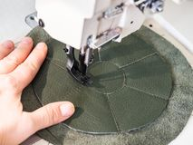 O artesão costura o malote na máquina de costura foto de stock