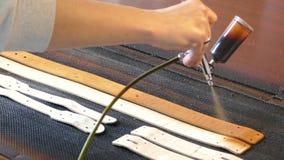 O artesão de couro causa a pintura em correias Conceito feito a m?o Conceito da empresa de pequeno porte para criar os produtos d vídeos de arquivo