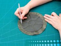 O artesão marca o malote costurado para perfurar fotos de stock royalty free