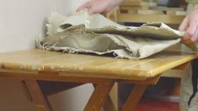 O artesão prepara o local de trabalho vídeos de arquivo