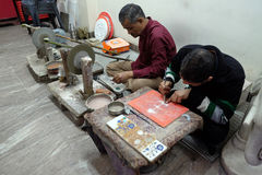 O artesão trabalha em uma oficina que faz o mármore embutido em Agra fotografia de stock royalty free