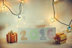 O artigo do ornamento e do Natal decora na noite santamente Imagens de Stock Royalty Free