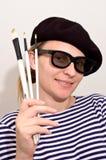 O artista com boina e escovas Fotos de Stock Royalty Free